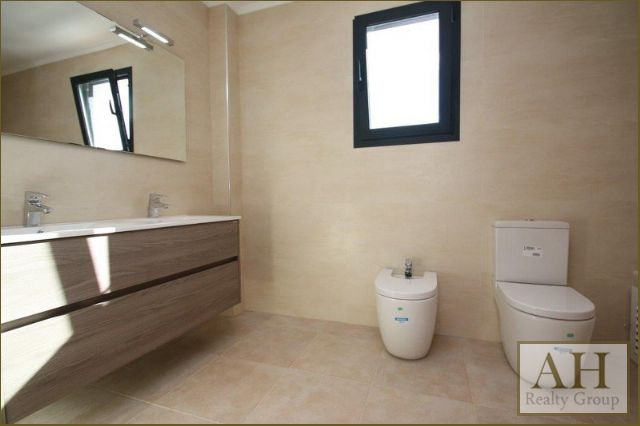 Grupo sierra inmobiliarias ref 7vbn100w for 8x4 bathroom designs